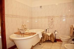 A bathroom at Ravencar Farm B&B