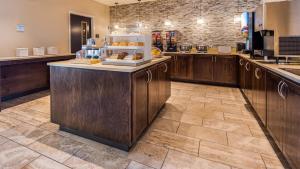 A kitchen or kitchenette at Best Western Plus Bolivar Hotel & Suites
