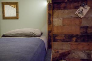 A bed or beds in a room at PodShare Los Feliz
