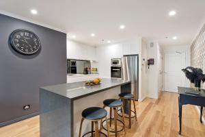 A kitchen or kitchenette at Darling Harbour Getaway