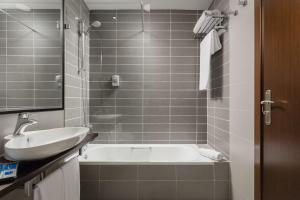 A bathroom at Hotel Asset Torrejón