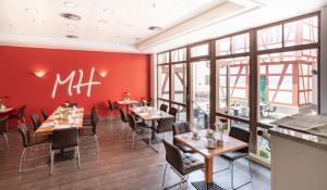 Ein Restaurant oder anderes Speiselokal in der Unterkunft Michel Hotel Heppenheim