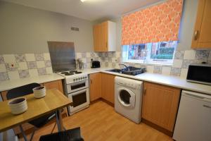 A kitchen or kitchenette at Claremont Mews