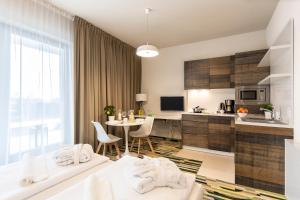 A kitchen or kitchenette at Baltic Park Molo Apartments by Zdrojowa