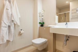 A bathroom at Baltic Park Molo Apartments by Zdrojowa