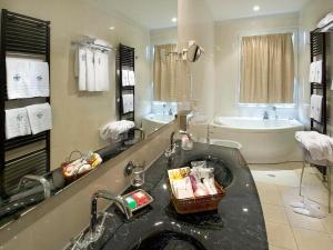 Ein Badezimmer in der Unterkunft Hotel Sarti