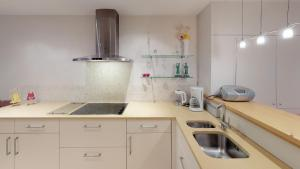Een keuken of kitchenette bij Deluxe Apartment with Shared Pool