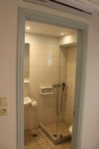 A bathroom at Vasilikos Studios