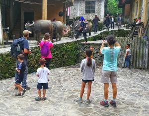 Famille séjournant dans l'établissement Timeless Hostel Yuanyang