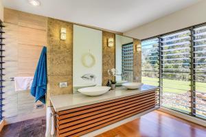 A bathroom at Calanthe Acreage - Doonan