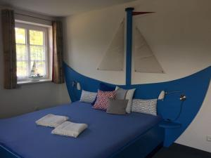 A bed or beds in a room at Hotel Garni Sössaarep's Hüs