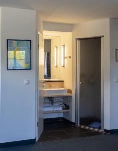 A bathroom at Hotel Garni Sössaarep's Hüs