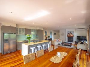 A restaurant or other place to eat at Blairgowrie Moonah Beach House: walk to beach