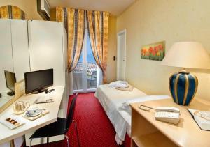 Ein Bett oder Betten in einem Zimmer der Unterkunft Hotel Sarti