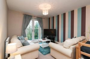 A seating area at Central 2 bedroom apartment