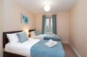 A bed or beds in a room at Central 2 bedroom apartment