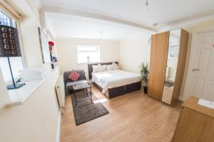 A bed or beds in a room at Ilford Central Luxury Apartments