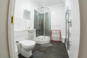 A bathroom at Ilford Central Luxury Apartments