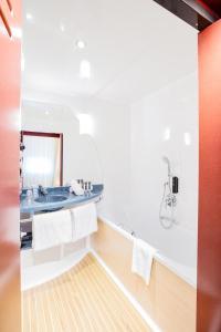 A bathroom at Novotel Suites Genève Aéroport