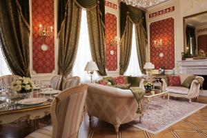 A restaurant or other place to eat at The State Hermitage Museum Official Hotel