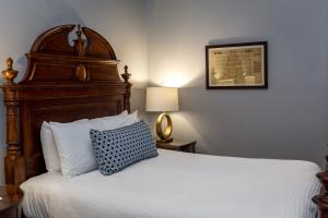 A bed or beds in a room at East Bay Inn, Historic Inns of Savannah Collection