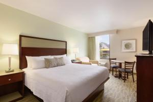 A bed or beds in a room at Surfside Beach Oceanfront Hotel