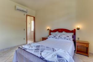 A bed or beds in a room at Cachoeira Garden Residence