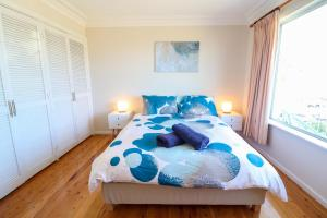 A bed or beds in a room at Coastal Horizons Beach House