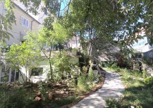 Vrt pred nastanitvijo Apartment Dux