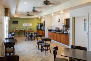 A restaurant or other place to eat at Sleep Inn & Suites Bakersfield North