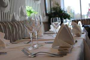 A restaurant or other place to eat at Hôtel Le Cheval Blanc