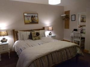 A bed or beds in a room at Twin Oaks Bed & Breakfast