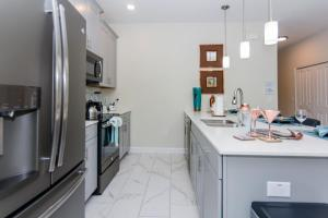A kitchen or kitchenette at Dream Vacation Home Close to Disney SL4839