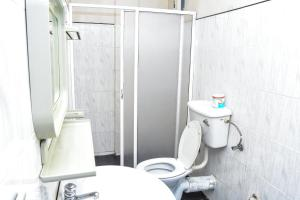 A bathroom at Kandy View Hotel