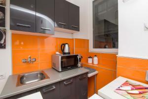 Una cocina o zona de cocina en Family Apartman Belgrade