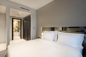 A bed or beds in a room at Studio M Arabian Plaza Hotel & Hotel Apartments by Millennium