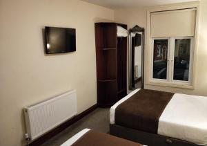 A bed or beds in a room at Ewings Bar & Accommodation