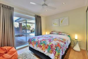 A bed or beds in a room at Blairgowrie Contemporary Beach Retreat