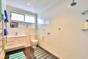 A bathroom at Blairgowrie Contemporary Beach Retreat