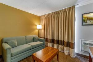 A seating area at Quality Inn & Suites Oceanblock
