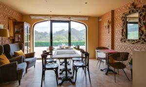 Un restaurante o sitio para comer en La Casona de la Roza