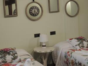 A bed or beds in a room at Hotel La Huella Del Camino