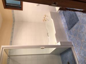 A bathroom at Robin Hill Views