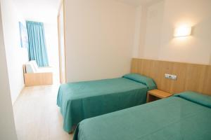 Un pat sau paturi într-o cameră la Apartamentos Central Park