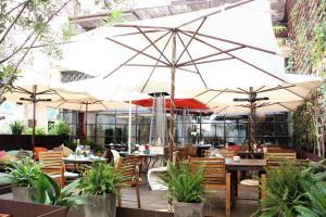 En restaurang eller annat matställe på Brondo Architect Hotel