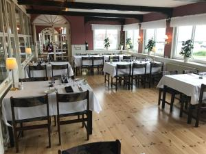 En restaurant eller et andet spisested på Hvalpsund Færgekro