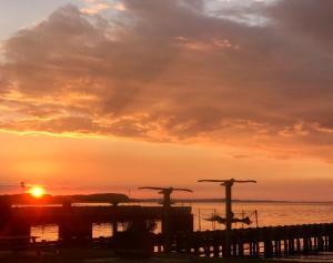 Solopgangen eller solnedgangen set fra kroen