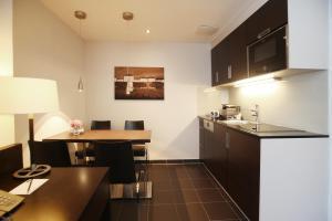 A kitchen or kitchenette at Schiller 5 Hotel