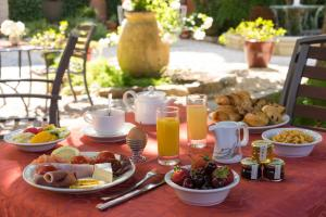 Breakfast options available to guests at Hôtel La Casa Pairal