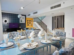 A restaurant or other place to eat at Dream Inn Apartments - Marina Quays